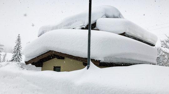 De sneeuwchaos in Oostenrijk in foto & video!
