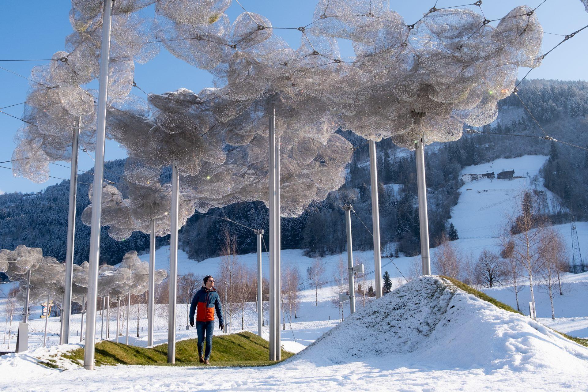 SwarovDe 'Crystal Cloud' in de tuin van de Kirstallwelten met 800.000 kristallenski Kristallwelten